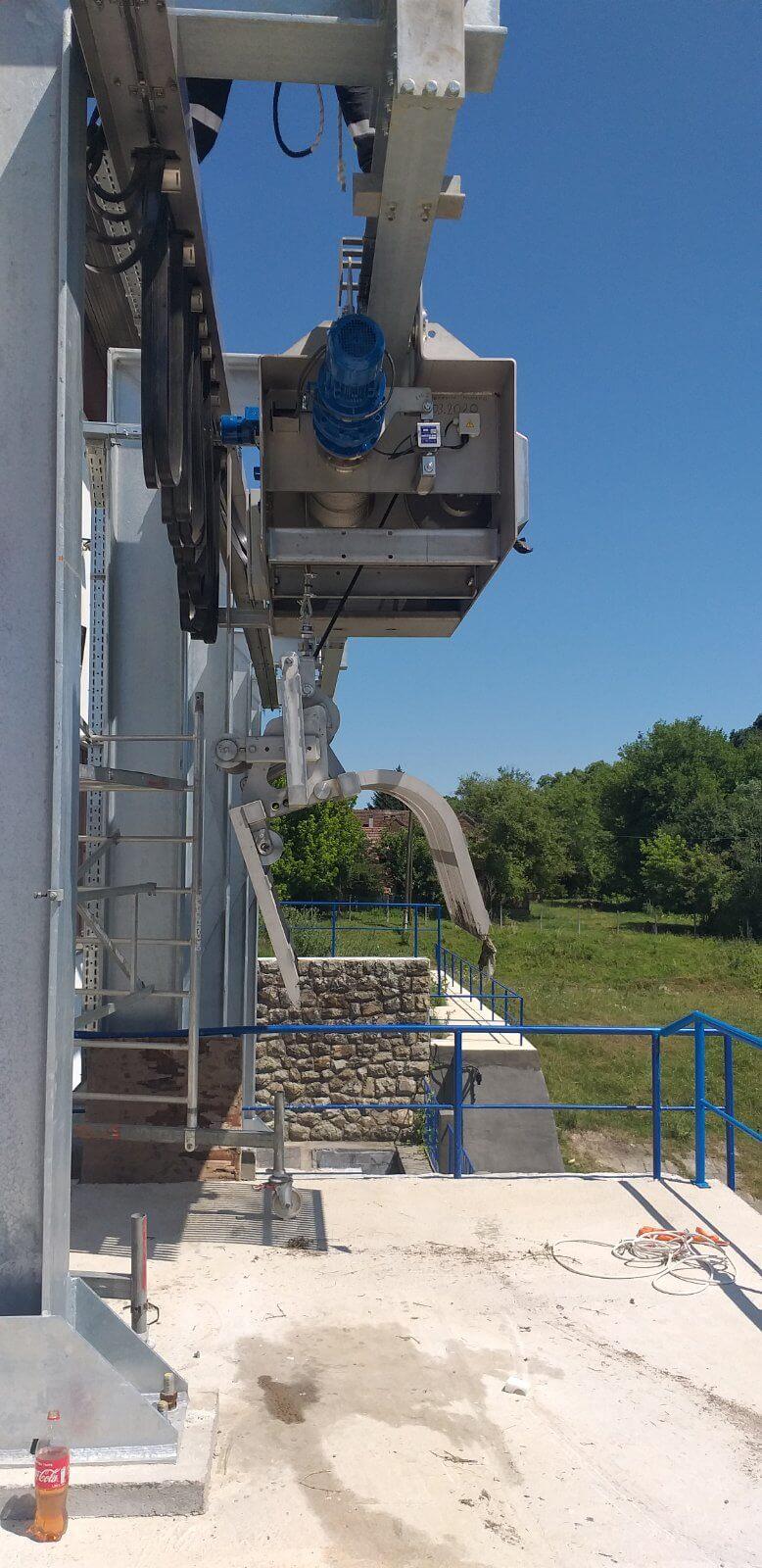 ESTRUAGUA suministró una solución mediante pinza hidráulica AQUILES