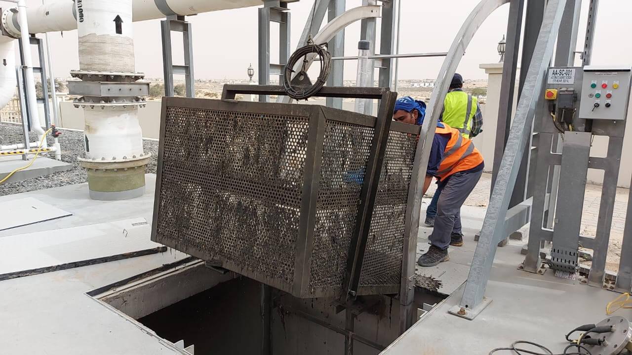 Cesta automática de retención de sólidos gruesos PROBASKET trabajando en Emiratos.